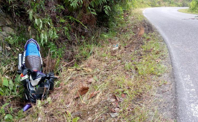 Aduh….! Akibat Kabel Listrik PLN Melintang Di Jalan Raya, Pengendara Sepeda Motor Terjatuh. Tanggung jawab Siapa Kerugian Korban ?