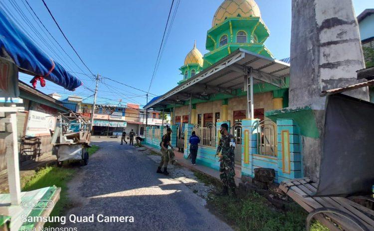 Peduli kebersihan tempat ibadah personel subdenpom XII/2-4 Kapuas bersihkan masjid