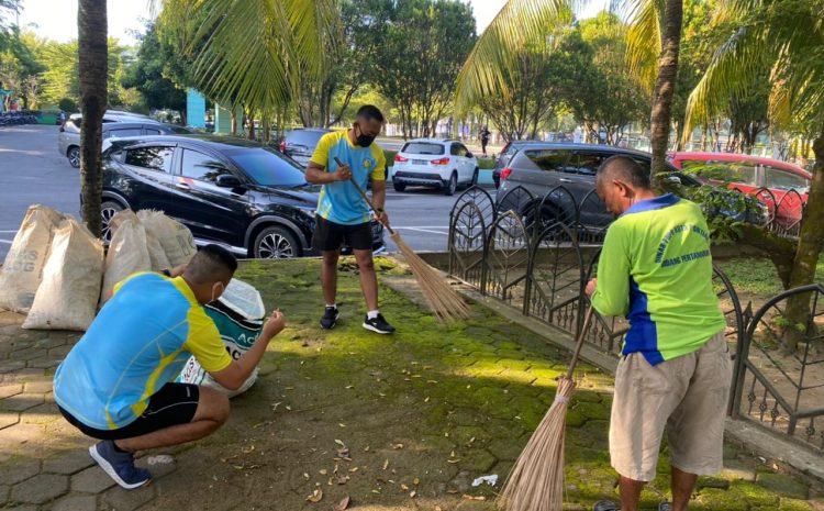 Peduli Objek Wisata Personel Pomdam Bantu Bersih Taman Alun Kapuas