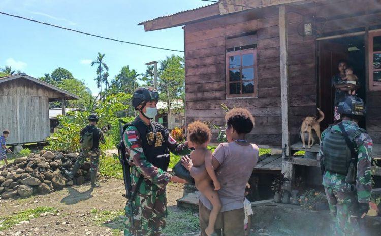 Bantu Ringankan Beban Masyarakat, Satgas Pamtas TNI Yonif 131/Brs Beri Bantuan Sembako Kepada Masyarakat Papua