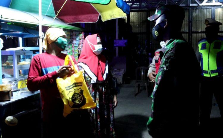 Peduli Warga Terdampak PPKM, Kapolda Kalteng Pimpin Patroli Skala Besar Dan Bagikan 1400 Paket Bansos